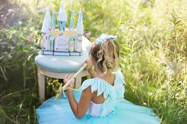 Mädchen im Kleid aus Kinderstoffen