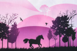 Schwarze Pferde vor Pinkem Hintergrund
