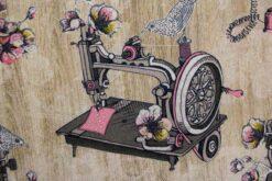 Dekostoff mit alter Nähmaschine und alter Schreibmaschine